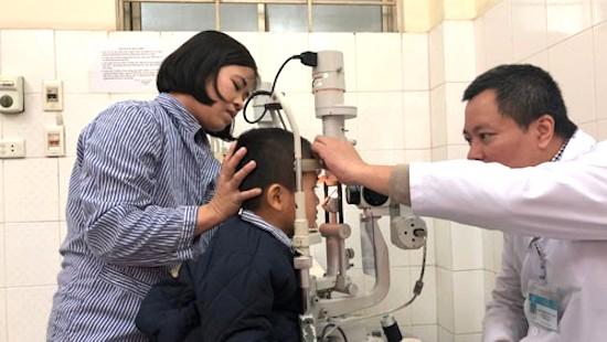 Bé 5 tuổi rách giác mạc vì bị bạn dùng chun bắn vào mắt