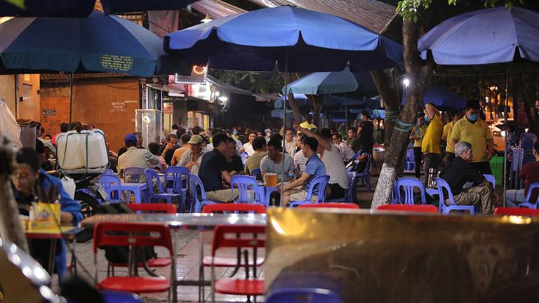 Hà Nội: Nhiều cửa hàng vẫn mở cửa bất chấp lệnh cấm