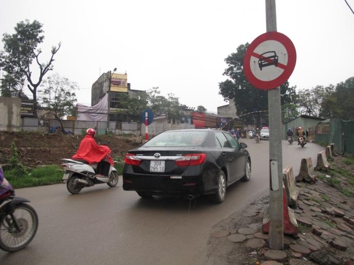 Hà Nội: Xử lý hàng loạt xe ô tô ngang nhiên dừng trước biển cấm