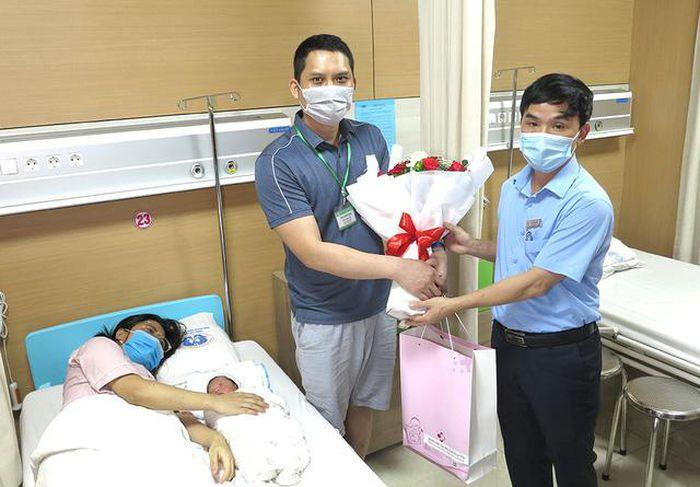 Em bé đầu tiên ra đời nhờ thụ tinh trong ống nghiệm ở Phú Thọ